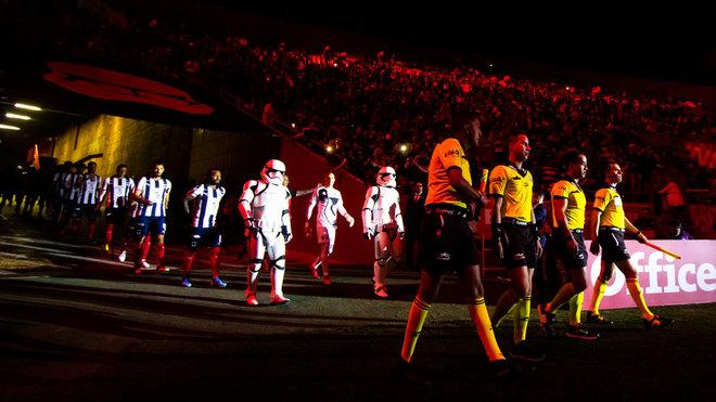 Entrada al estadio con las legiones de Star Wars para la presentación de la playera