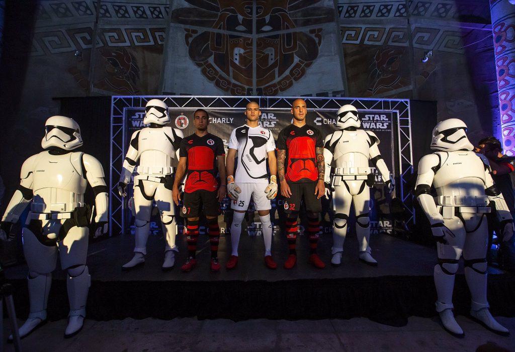 Presentación de los dos uniformes previo al partido con las legiones de Star Wars